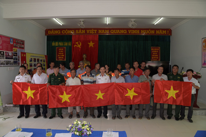 Trao 2.000 lá cờ Tổ quốc cho ngư dân ở cửa biển lớn nhất Bạc Liêu - Ảnh 3.