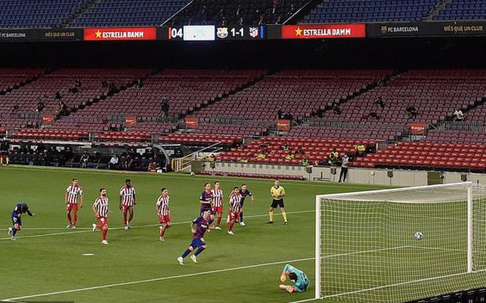 Messi lập siêu kỷ lục bàn thắng, Barcelona trên bờ vực mất ngôi - Ảnh 5.