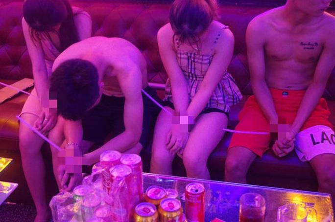 Cận cảnh các cô gái trẻ chìm trong tiệc... ma túy, xác thịt! - Ảnh 1.