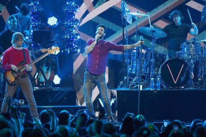 Tay bass của Maroon 5 bị bắt vì cáo buộc bạo hành - Ảnh 3.