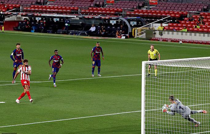 Messi lập siêu kỷ lục bàn thắng, Barcelona trên bờ vực mất ngôi - Ảnh 3.