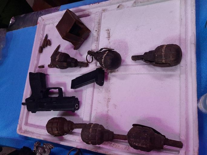 Tự nguyện nộp súng, lựu đạn cho công an tại chợ đầu mối Thủ Đức - Ảnh 4.