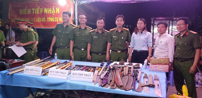 Tự nguyện nộp súng, lựu đạn cho công an tại chợ đầu mối Thủ Đức - Ảnh 1.