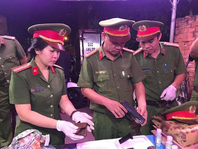 Tự nguyện nộp súng, lựu đạn cho công an tại chợ đầu mối Thủ Đức - Ảnh 3.