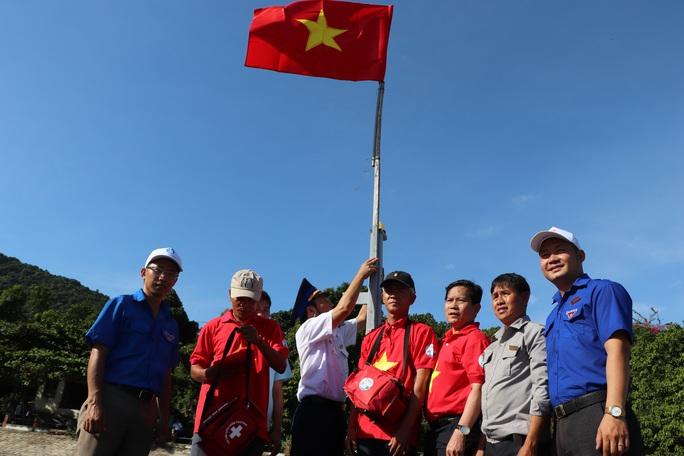 Báo Người Lao Động trao cờ Tổ quốc cho ngư dân Cù Lao Chàm - Ảnh 6.