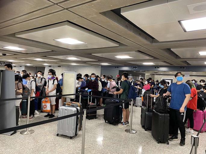 346 người Việt từ Mỹ về nước tại sân bay Nội Bài - Ảnh 2.