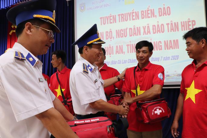 Báo Người Lao Động trao cờ Tổ quốc cho ngư dân Cù Lao Chàm - Ảnh 3.