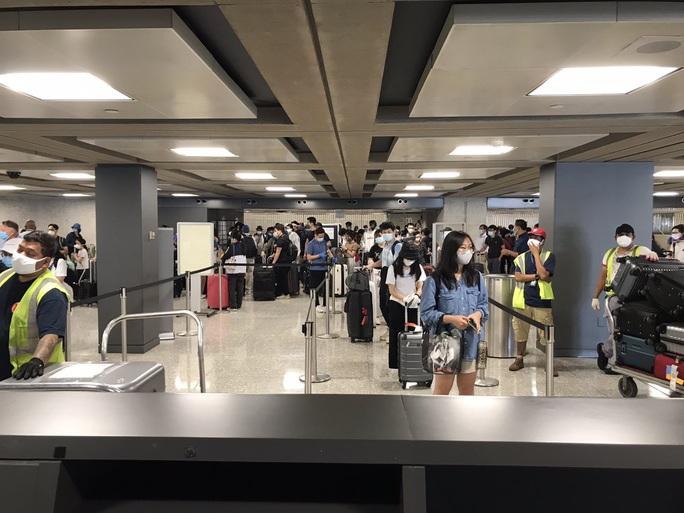 346 người Việt từ Mỹ về nước tại sân bay Nội Bài - Ảnh 3.