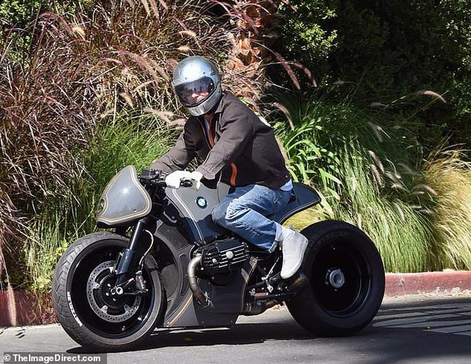 """Brad Pitt """"ngầu"""" với mô-tô, bí mật rời nhà vợ cũ Angelina Jolie - Ảnh 1."""