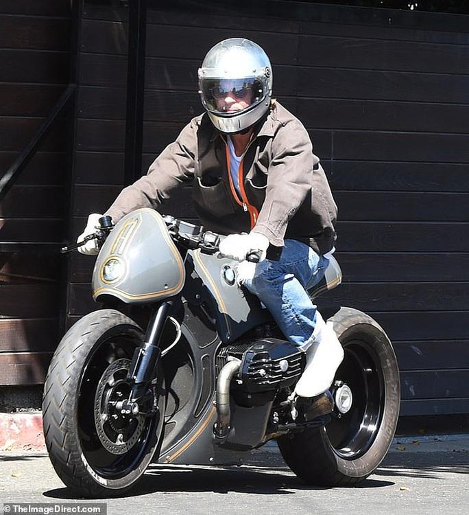 """Brad Pitt """"ngầu"""" với mô-tô, bí mật rời nhà vợ cũ Angelina Jolie - Ảnh 2."""