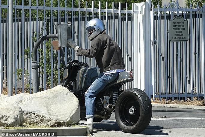 """Brad Pitt """"ngầu"""" với mô-tô, bí mật rời nhà vợ cũ Angelina Jolie - Ảnh 4."""