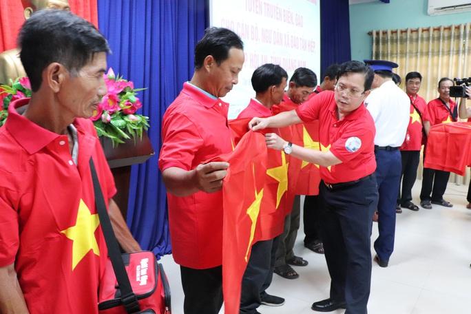 Báo Người Lao Động trao cờ Tổ quốc cho ngư dân Cù Lao Chàm - Ảnh 2.