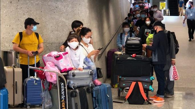 346 người Việt từ Mỹ về nước tại sân bay Nội Bài - Ảnh 7.