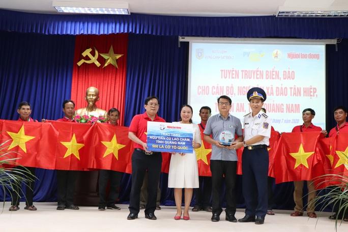 Báo Người Lao Động trao cờ Tổ quốc cho ngư dân Cù Lao Chàm - Ảnh 4.