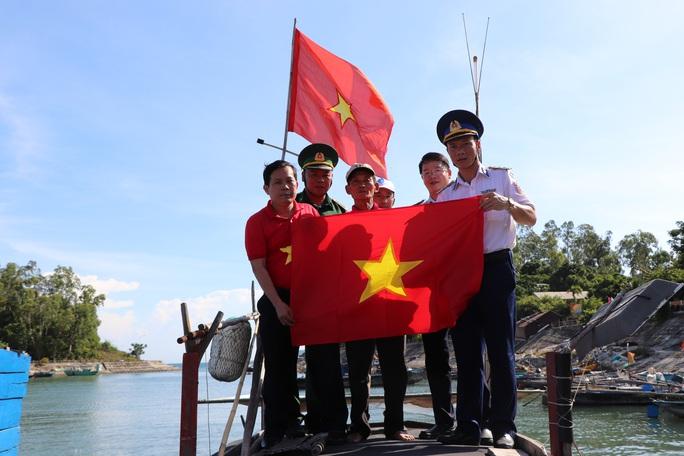 Báo Người Lao Động trao cờ Tổ quốc cho ngư dân Cù Lao Chàm - Ảnh 5.