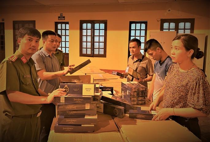 Phát hiện xe thư báo chở 40.000 bao thuốc lá lậu trị giá gần 1 tỉ đồng - Ảnh 1.