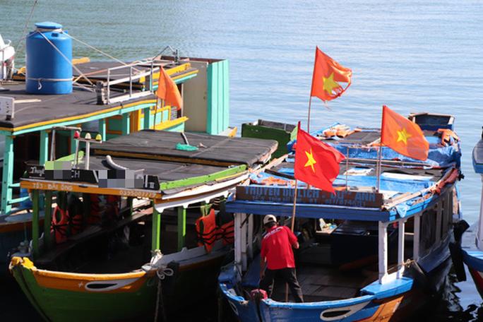 Xúc động hình ảnh ngư dân Cù Lao Chàm thay cờ Tổ quốc trên tàu cá - Ảnh 13.