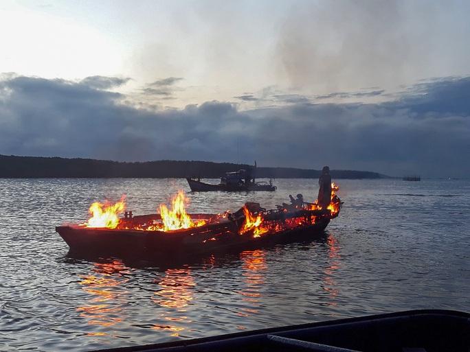 Đầu kéo bonton bốc cháy dữ dội trên sông Lòng Tàu - Ảnh 2.