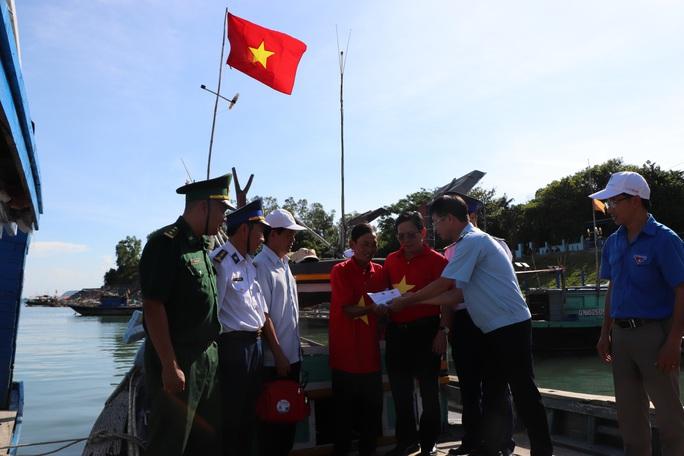Xúc động hình ảnh ngư dân Cù Lao Chàm thay cờ Tổ quốc trên tàu cá - Ảnh 12.