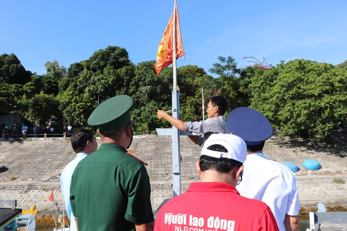 Xúc động hình ảnh ngư dân Cù Lao Chàm thay cờ Tổ quốc trên tàu cá - Ảnh 1.