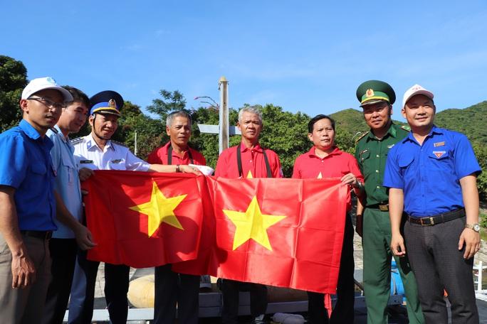 Xúc động hình ảnh ngư dân Cù Lao Chàm thay cờ Tổ quốc trên tàu cá - Ảnh 2.