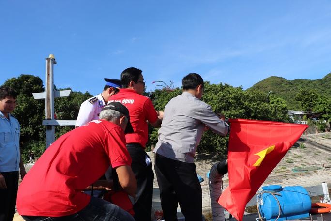 Xúc động hình ảnh ngư dân Cù Lao Chàm thay cờ Tổ quốc trên tàu cá - Ảnh 4.