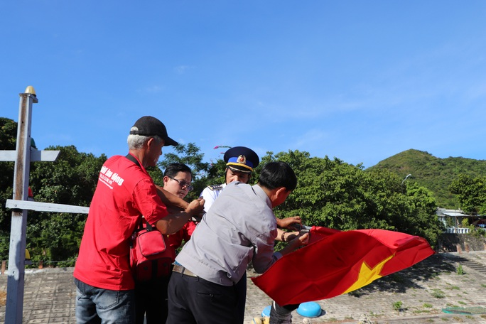 Xúc động hình ảnh ngư dân Cù Lao Chàm thay cờ Tổ quốc trên tàu cá - Ảnh 3.