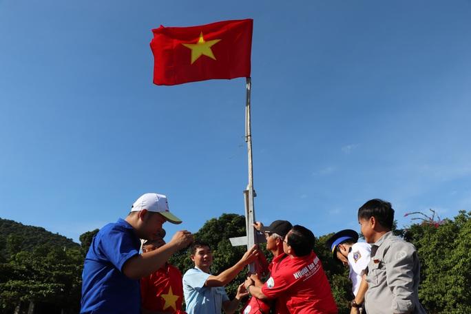 Xúc động hình ảnh ngư dân Cù Lao Chàm thay cờ Tổ quốc trên tàu cá - Ảnh 5.
