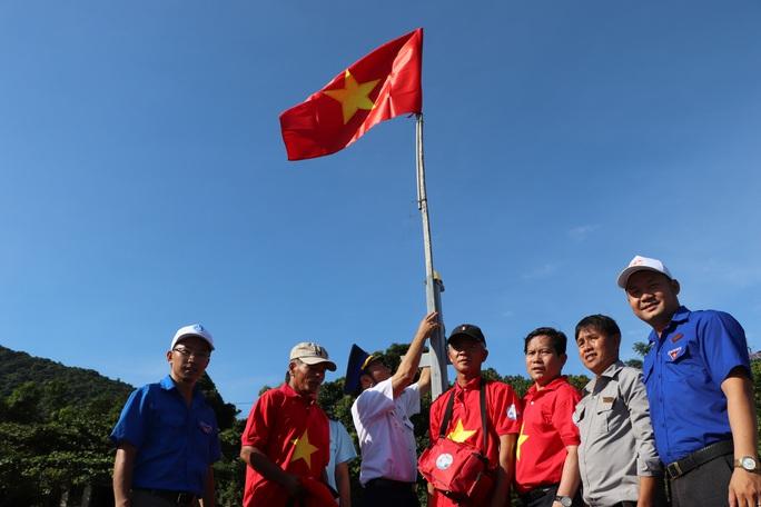 Xúc động hình ảnh ngư dân Cù Lao Chàm thay cờ Tổ quốc trên tàu cá - Ảnh 6.