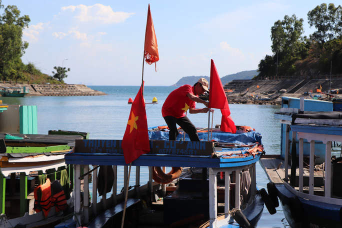 Xúc động hình ảnh ngư dân Cù Lao Chàm thay cờ Tổ quốc trên tàu cá - Ảnh 14.