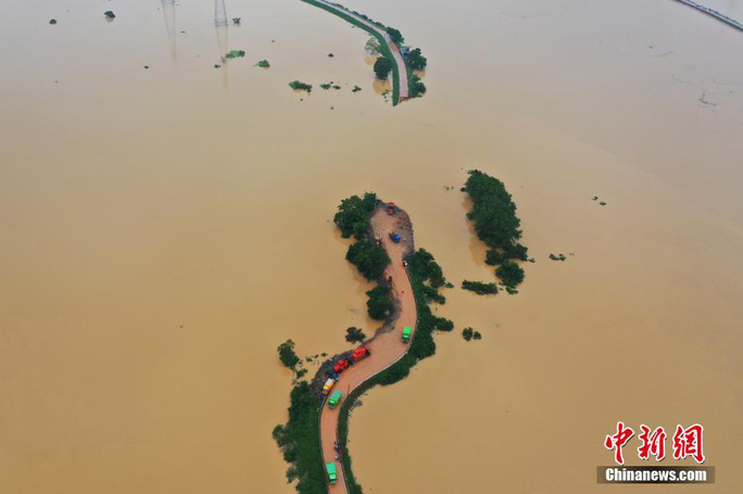 Hồ nước ngọt lớn nhất Trung Quốc sắp tràn bờ - Ảnh 2.