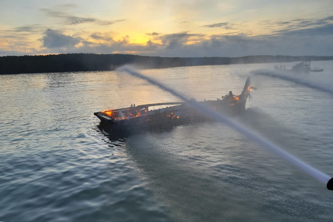 Đầu kéo bonton bốc cháy dữ dội trên sông Lòng Tàu - Ảnh 1.