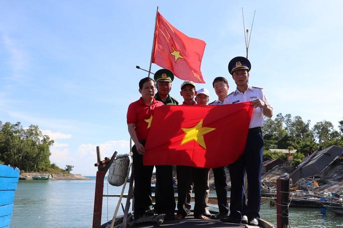 Xúc động hình ảnh ngư dân Cù Lao Chàm thay cờ Tổ quốc trên tàu cá - Ảnh 7.