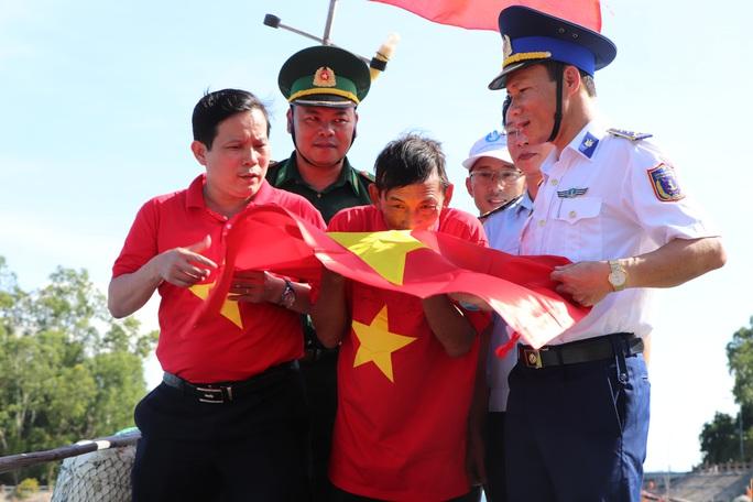 Xúc động hình ảnh ngư dân Cù Lao Chàm thay cờ Tổ quốc trên tàu cá - Ảnh 8.