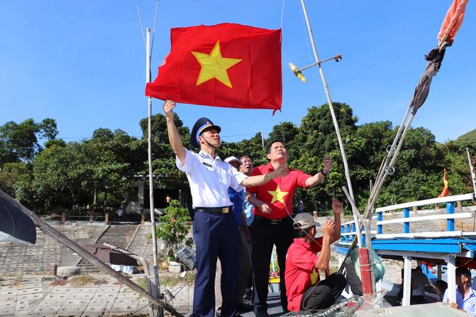 Xúc động hình ảnh ngư dân Cù Lao Chàm thay cờ Tổ quốc trên tàu cá - Ảnh 10.