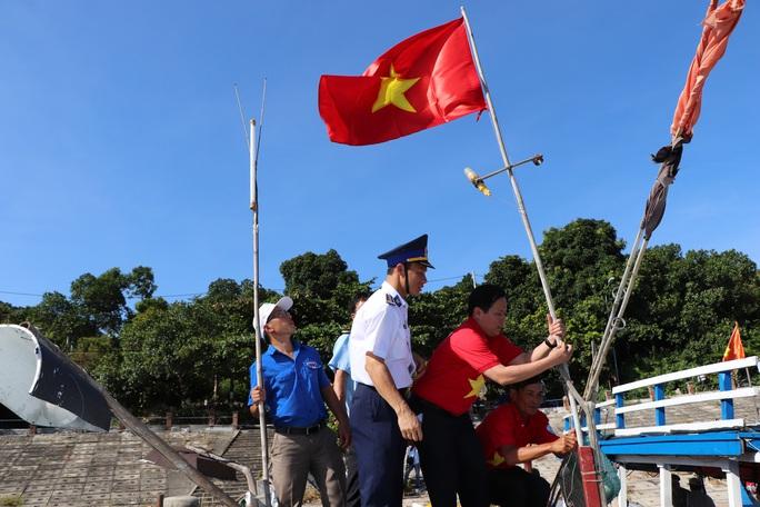 Xúc động hình ảnh ngư dân Cù Lao Chàm thay cờ Tổ quốc trên tàu cá - Ảnh 9.