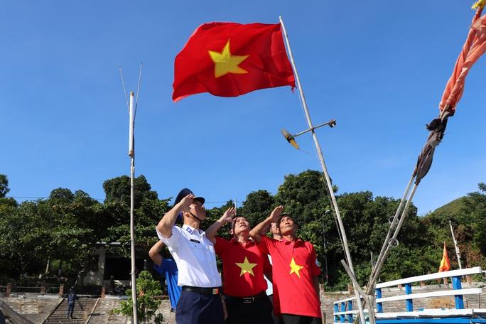Xúc động hình ảnh ngư dân Cù Lao Chàm thay cờ Tổ quốc trên tàu cá - Ảnh 11.