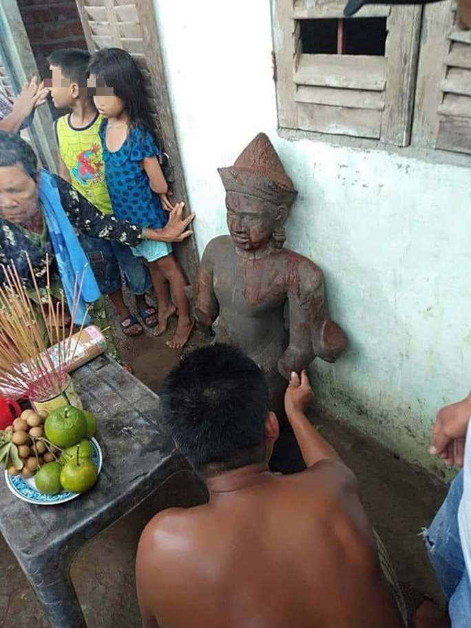 Nhiều người kéo nhau đến… bái lạy bức tượng đá gãy tay, chân - Ảnh 3.