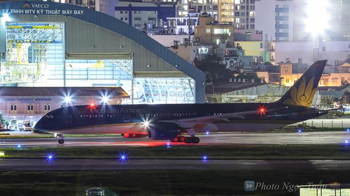 Hình ảnh phi công người Anh trên siêu máy bay rời Việt Nam về nước - Ảnh 1.