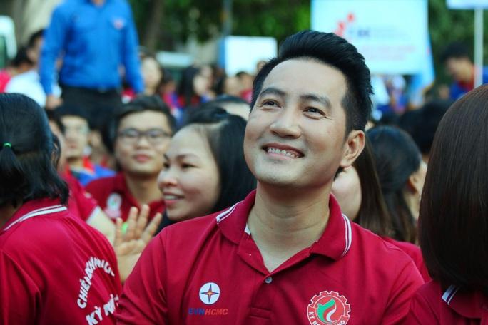 Ca sĩ Phi Hùng, hoa hậu HHen Niê sôi nổi trong lễ ra quân chiến dịch tình nguyện hè - Ảnh 8.