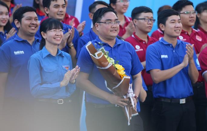 Ca sĩ Phi Hùng, hoa hậu HHen Niê sôi nổi trong lễ ra quân chiến dịch tình nguyện hè - Ảnh 3.