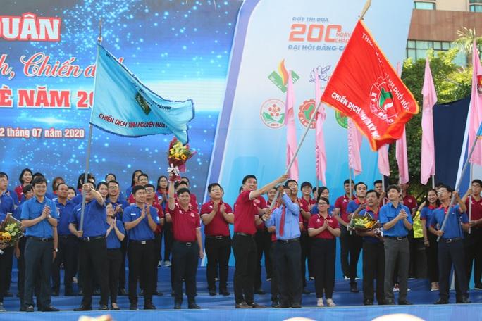 Ca sĩ Phi Hùng, hoa hậu HHen Niê sôi nổi trong lễ ra quân chiến dịch tình nguyện hè - Ảnh 5.