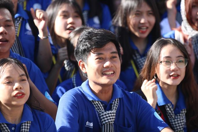 Ca sĩ Phi Hùng, hoa hậu HHen Niê sôi nổi trong lễ ra quân chiến dịch tình nguyện hè - Ảnh 2.
