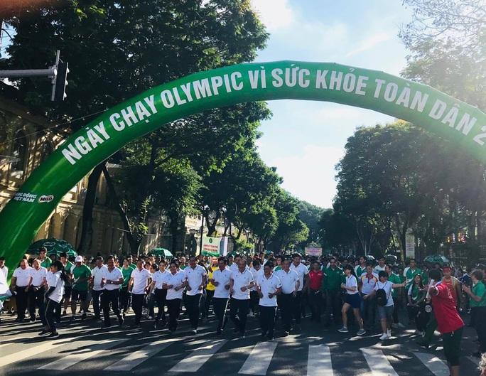 Rộn ràng ngày chạy Olympic TP HCM 2020, 8.000 người xuống phố - Ảnh 1.