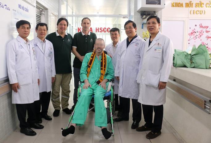CDC Mỹ chúc mừng Bệnh viện Chợ Rẫy điều trị thành công phi công người Anh - Ảnh 1.