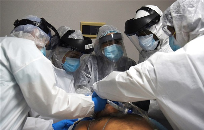 Covid-19: Nhiều bệnh viện ở Mỹ có nguy cơ vỡ trận - Ảnh 3.