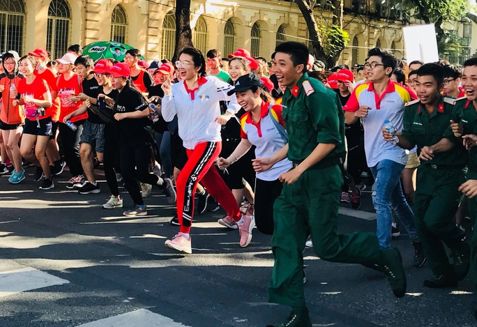 Rộn ràng ngày chạy Olympic TP HCM 2020, 8.000 người xuống phố - Ảnh 3.
