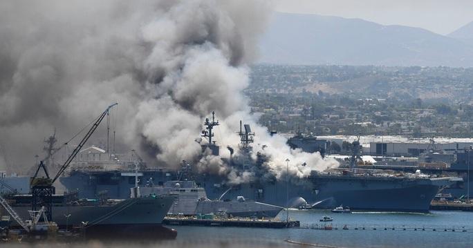 Tàu chiến Mỹ phát nổ và cháy dữ dội ngay tại cảng - Ảnh 7.