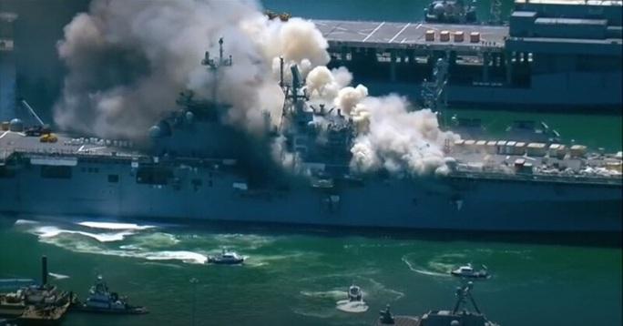 Tàu chiến Mỹ phát nổ và cháy dữ dội ngay tại cảng - Ảnh 6.