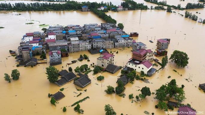 """Trung Quốc bước vào """"tuần mưa xối xả"""" kế tiếp, sông ngòi ngập ứ - Ảnh 2."""